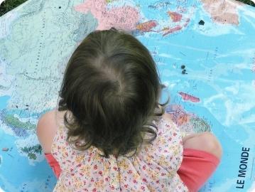 enfant sur la carte du monde